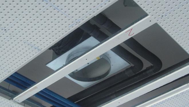 Sistema radiante a soffitto acustico durante la posa