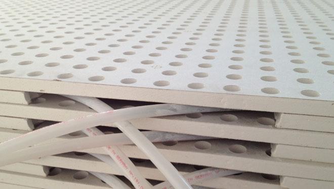 Pannelli in cartongesso dell'impianto radiante a soffitto acustico, con tubazione già inserita