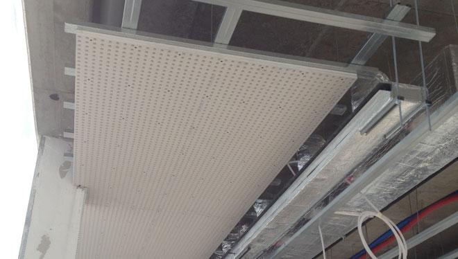 Vista del soffitto radiante acustico durante la posa