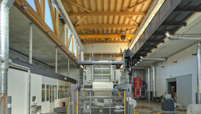 Vista della sala tipografia con la copertura in legno lamellare realizzata dalla Rubner Holzbau