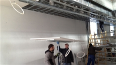 Installatori durante la posa dei pannelli radianti a soffitto acustico