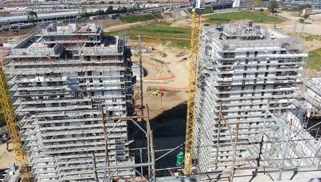 Vista de las torres de la Expo Villaggio de Cascina Merlata durante la construcción