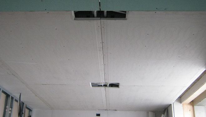 Dettaglio del soffitto radiante Leonardo durante l'installazione