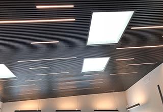 Uffici Kiku climatizzati con soffitto radiante metallico SAPP di  Eurotherm