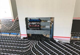 Sistema radiante a pavimento per riscaldare e raffrescare una scuola
